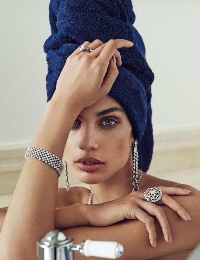 Модель Сара Сампайо в декабрьском выпуске журнала Vogue