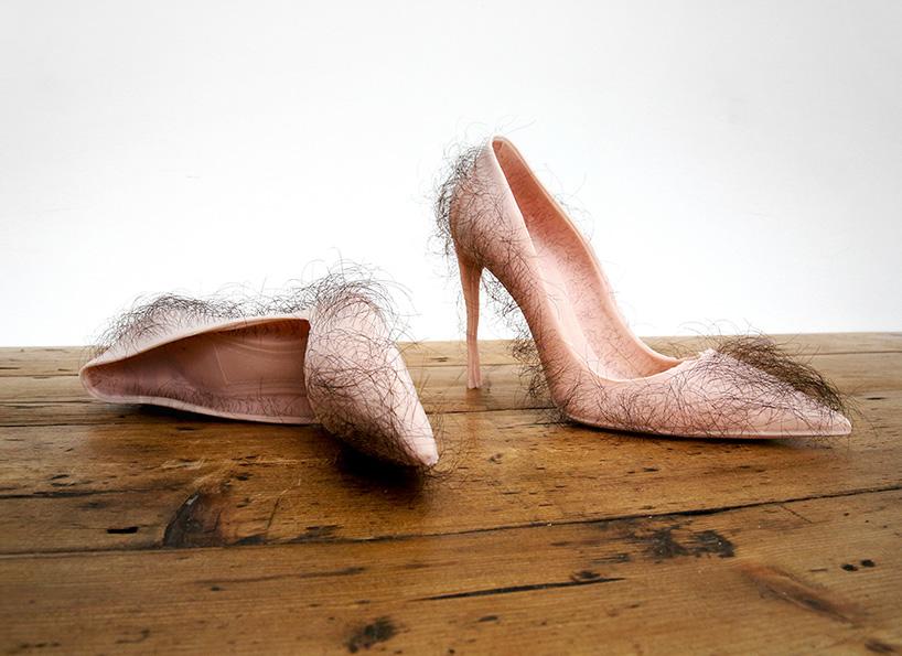 Женские туфли на шпильке телесного цвета с волосами человека. Фото № 1