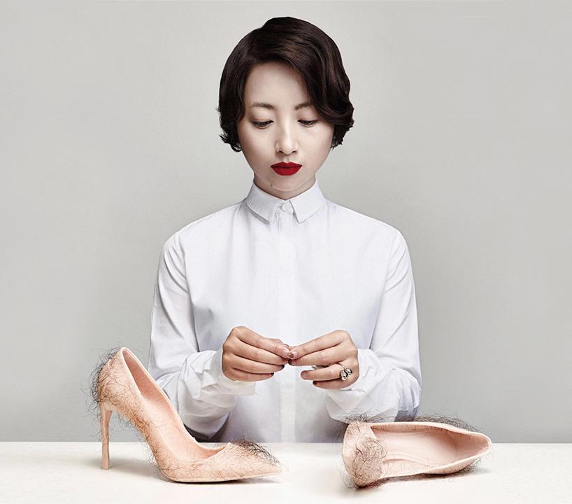 Женские туфли на шпильке телесного цвета с волосами человека. Фото № 3