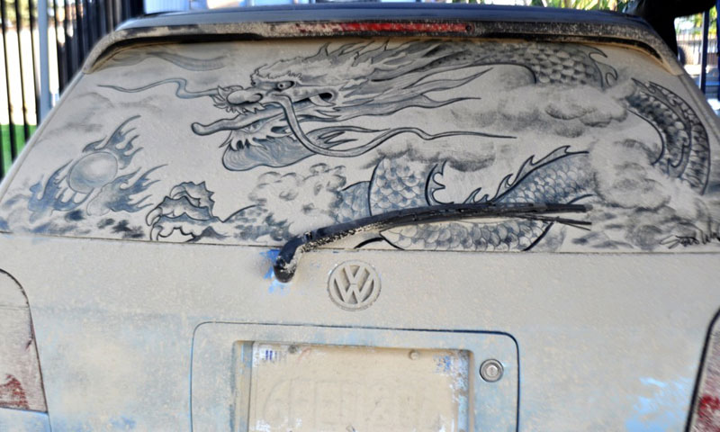 Рисунки на стекле машины грязью и песком. Фото № 10