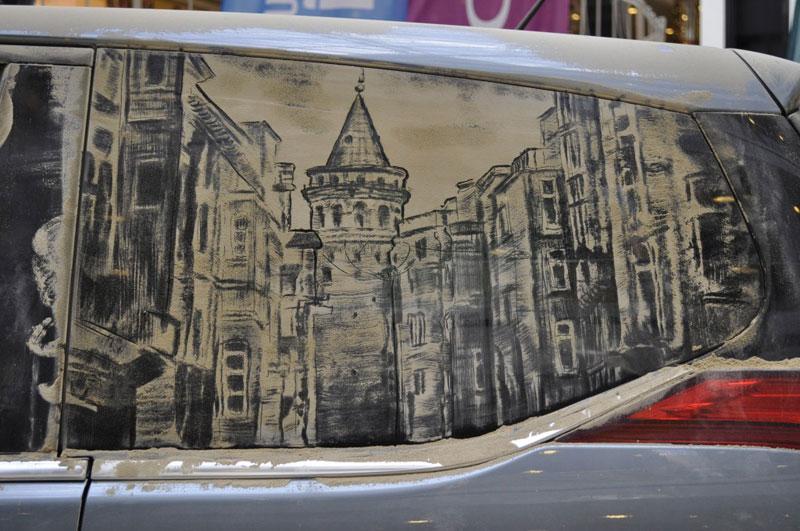 Рисунки на стекле машины грязью и песком. Фото № 11