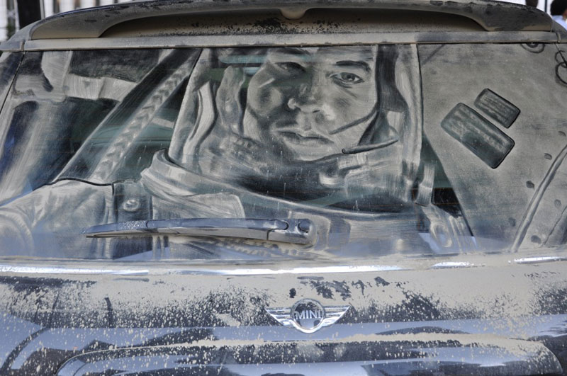 Рисунки на стекле машины грязью и песком. Фото № 12