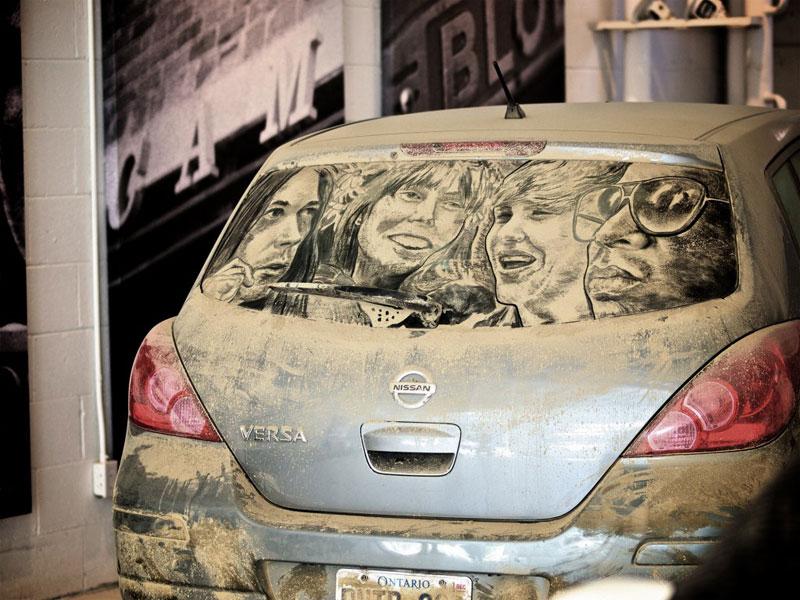 Рисунки на стекле машины грязью и песком. Фото № 13