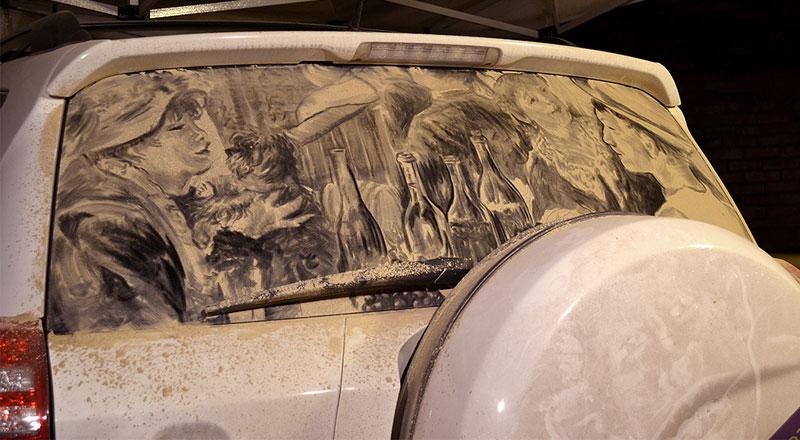 Рисунки на стекле машины грязью и песком. Фото № 14