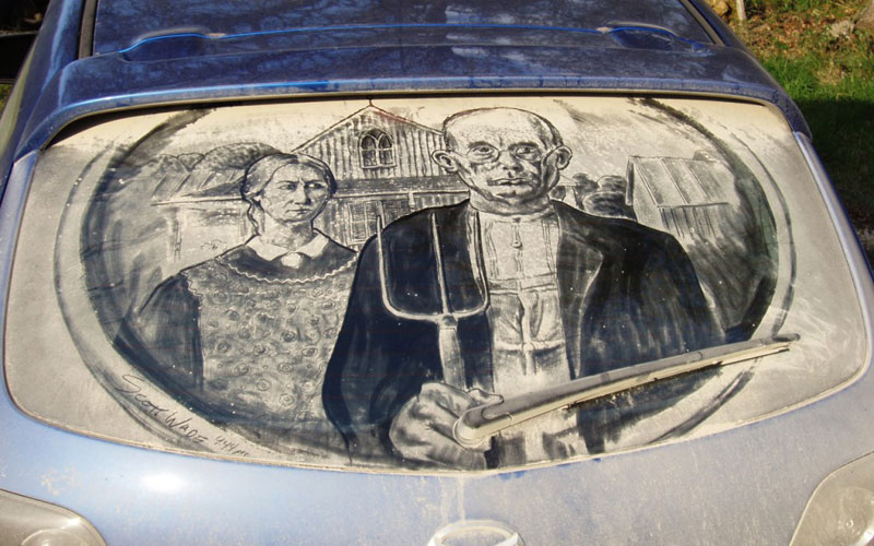 Рисунки на стекле машины грязью и песком. Фото № 15