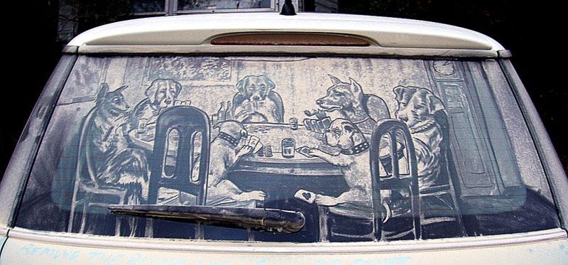 Рисунки на стекле машины грязью и песком. Фото № 16