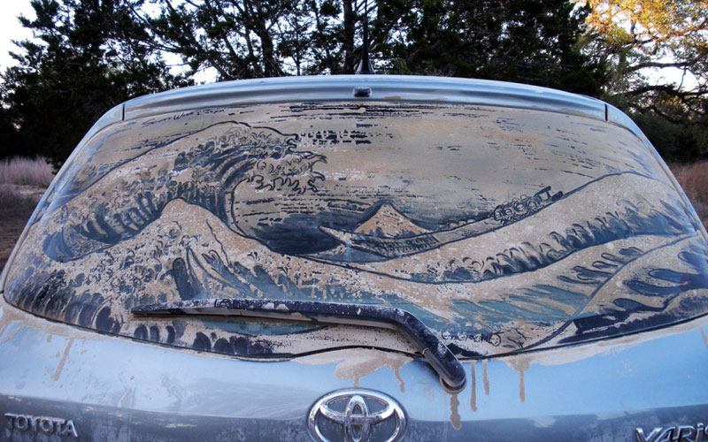 Рисунки на стекле машины грязью и песком. Фото № 2