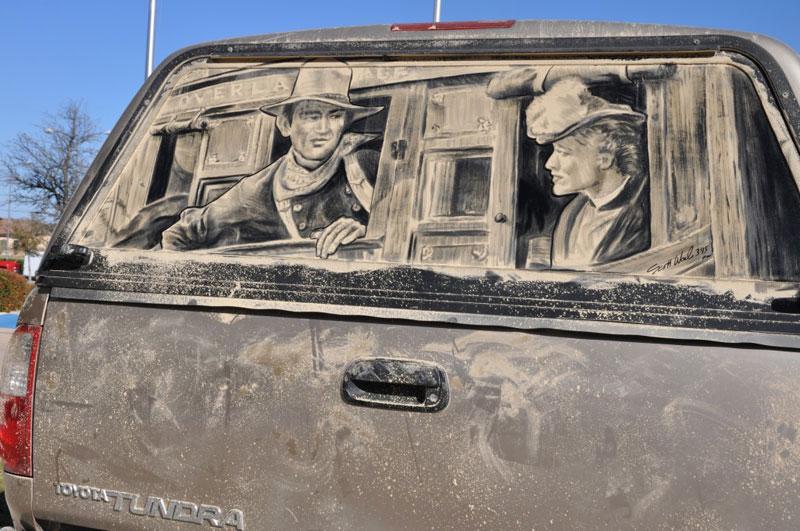 Рисунки на стекле машины грязью и песком. Фото № 3