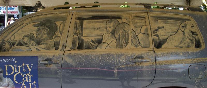 Рисунки на стекле машины грязью и песком. Фото № 4