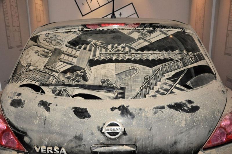 Рисунки на стекле машины грязью и песком. Фото № 5