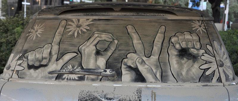 Рисунки на стекле машины грязью и песком. Фото № 6