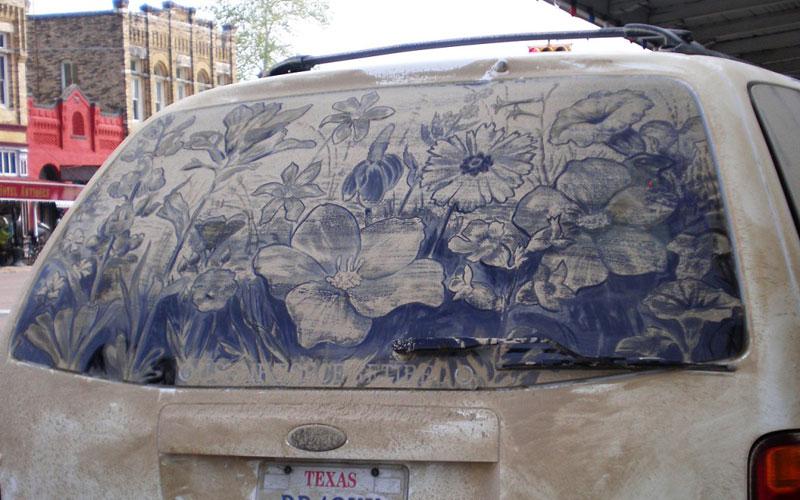 Рисунки на стекле машины грязью и песком. Фото № 7