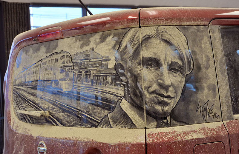 Рисунки на стекле машины грязью и песком. Фото № 8
