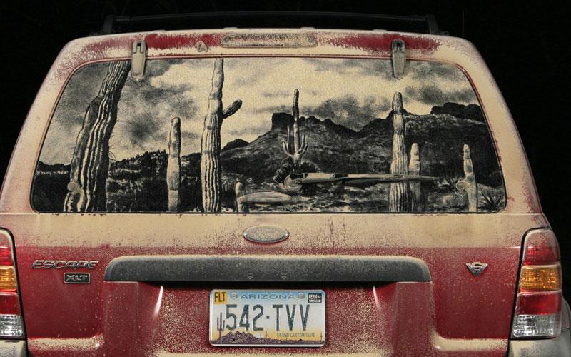 Рисунки на стекле машины грязью и песком. Фото № 9