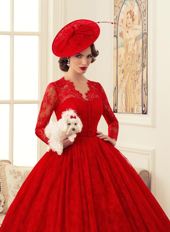 красная помада с красным платьем