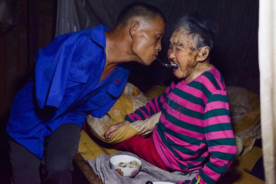 безрукий инвалид заботится о своей парализованной матери_1