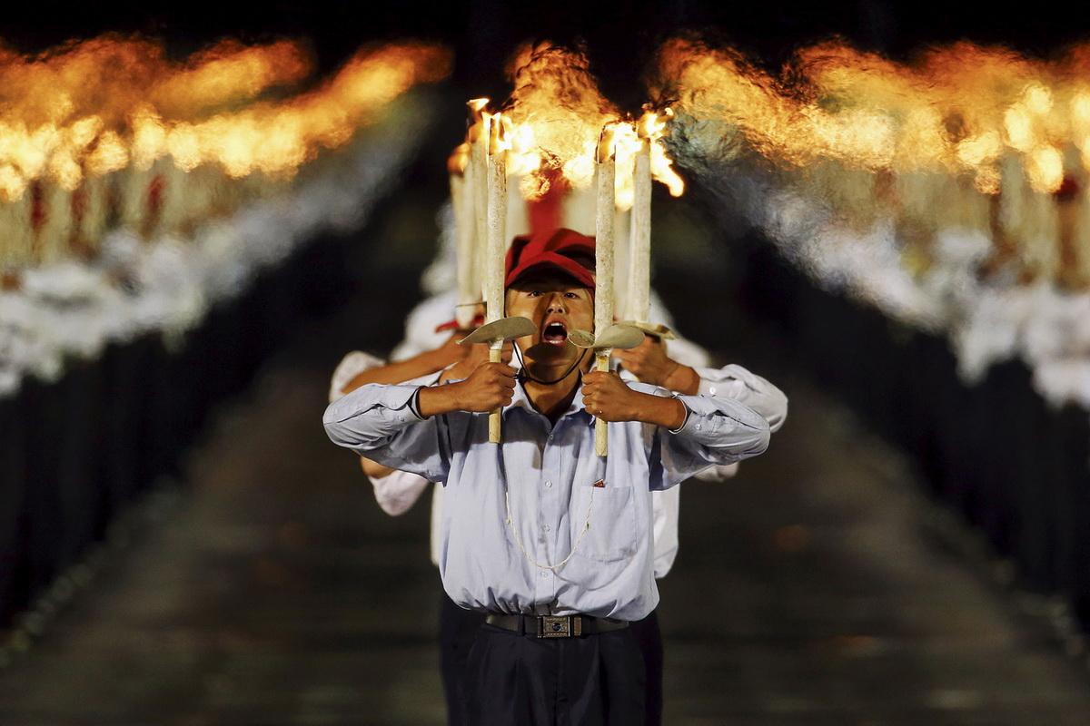 Факельщики в ожидании момента, когда Ким Чен Ын снизойдет к своему народу