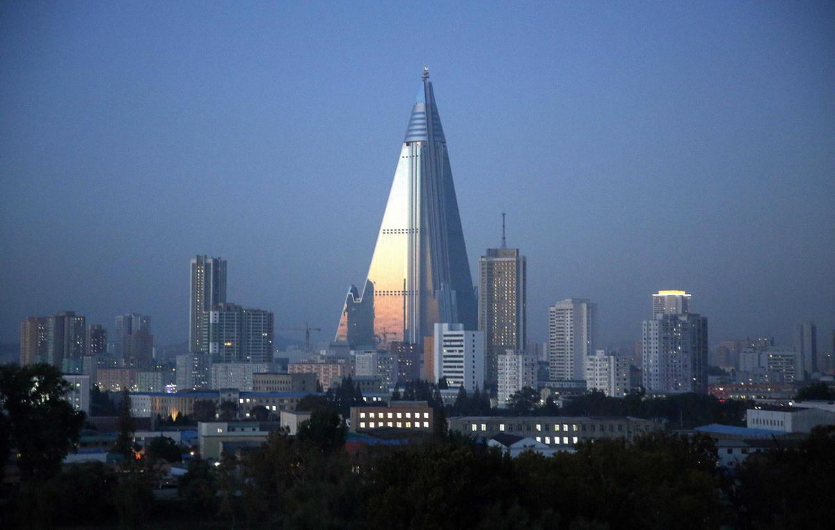 Пирамидальный отель в Пхеньяне. Строится по сей день с 1987 года. предполагалось, что эта 105-этажная махина продемонстрирует миру процветание Северной Кореи, ее мощь, но постоянные финансовые трудности так и не дали возможности достроить отель и запустить его в эксплуатацию