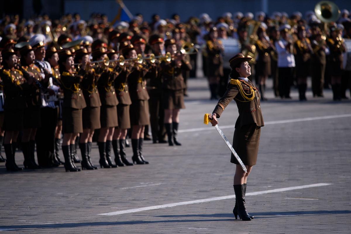 Площадь Ким Ер Сена и военный парад. Барышня старается изо всех сил