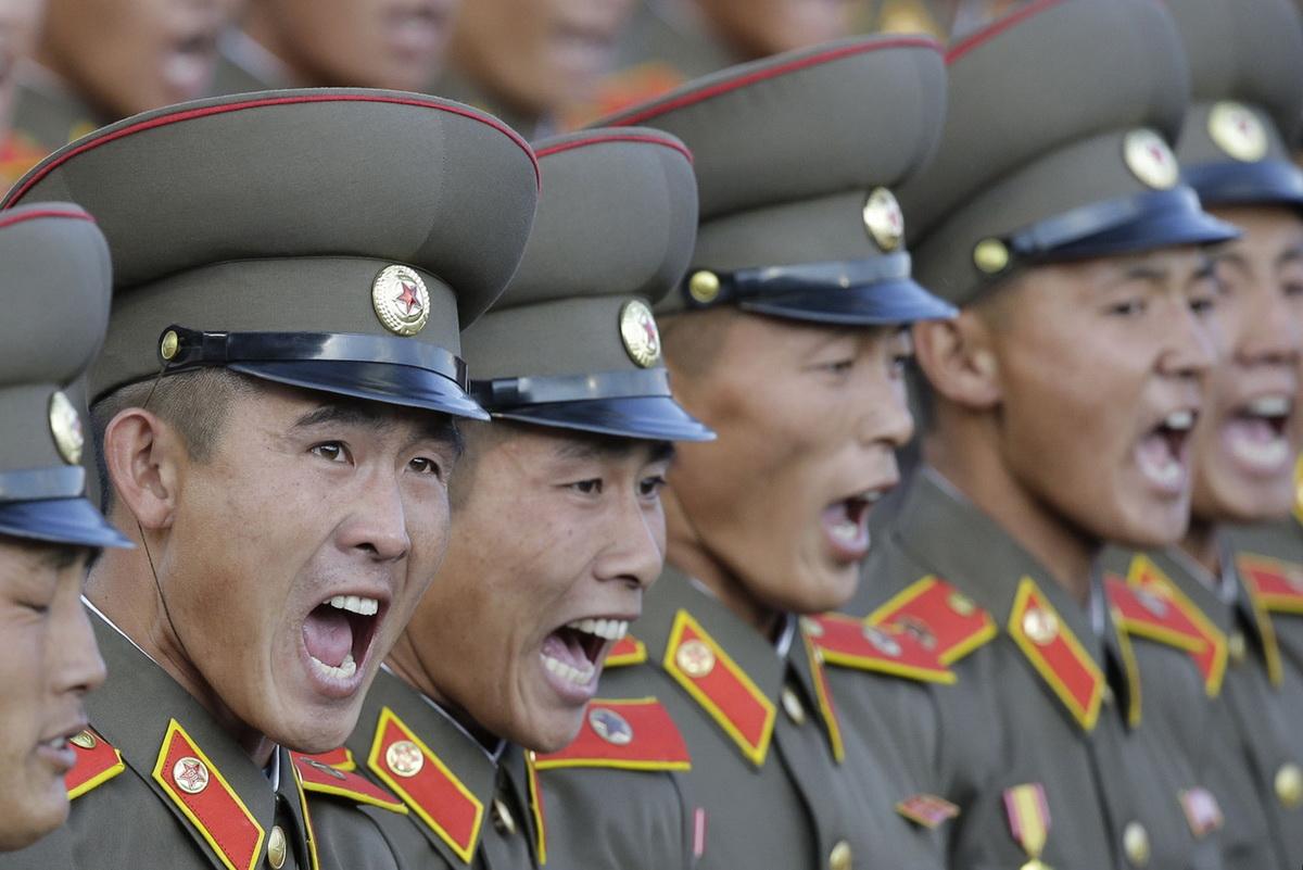 А вот так кричат северокорейские солдаты на параде в Пхеньяне