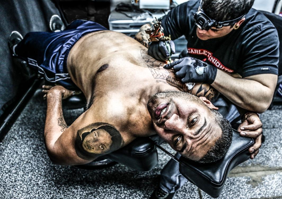 эмоции человека когда ему делают татуировку-2