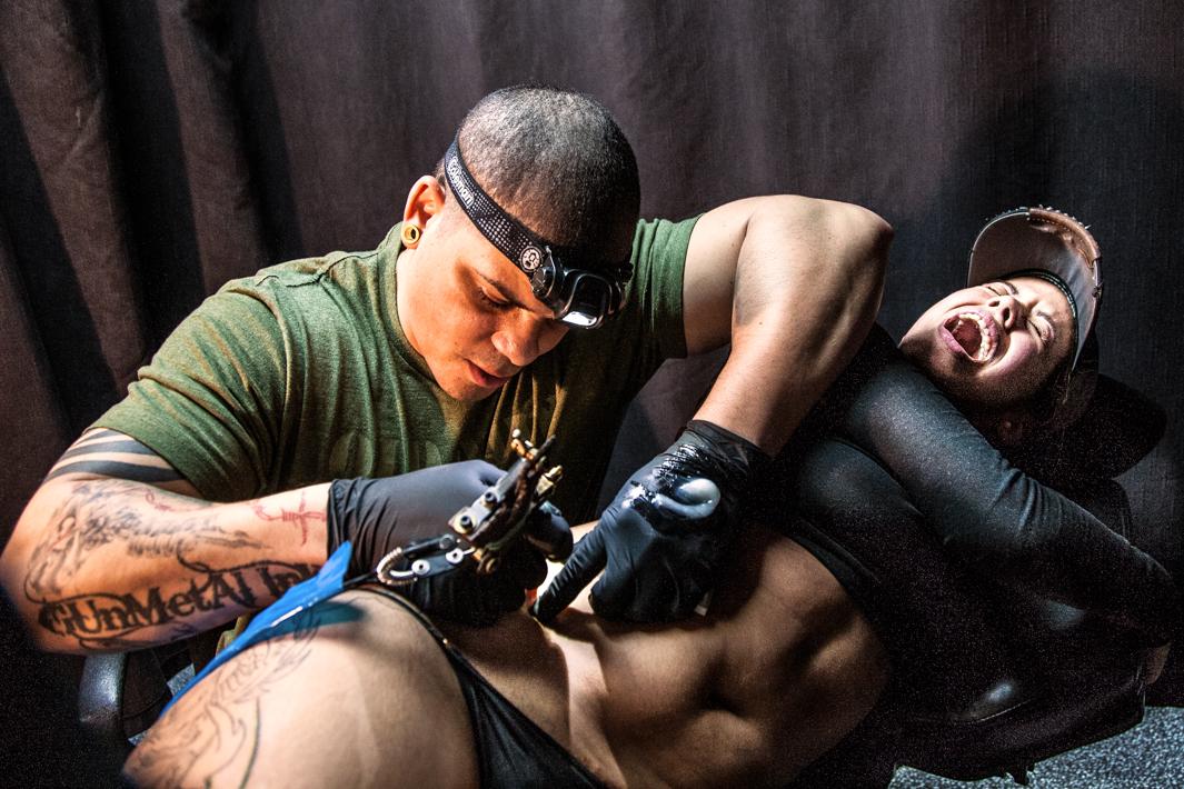 эмоции человека когда ему делают татуировку-3