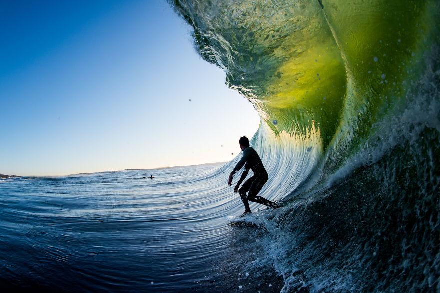 фотографии серферов внутри гиантских волнг-11