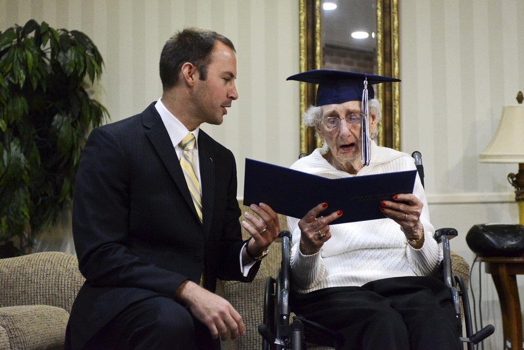 старая бабушка с дипломом, 97 лет-2