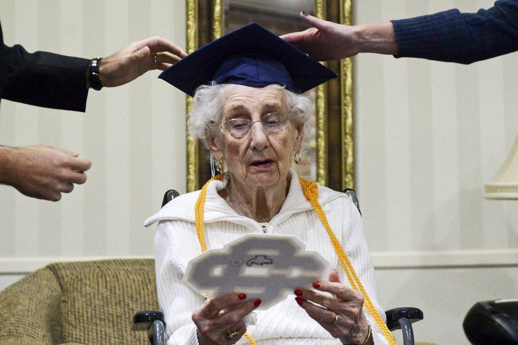 старая бабушка с дипломом, 97 лет-3