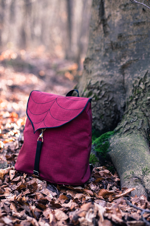 лиственные мотивы изображены на красочных сумках