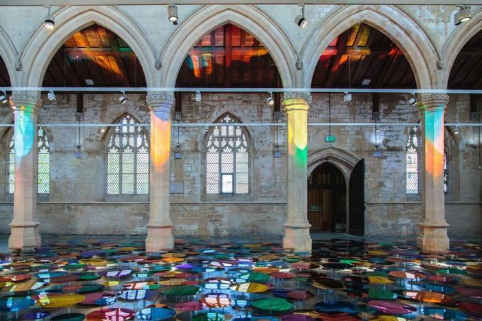 Пол старинной церкви превратился в светоотражающий бассейн из разноцветных шаров