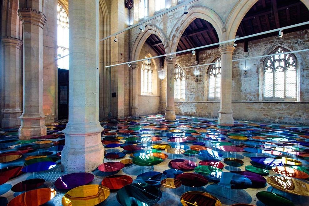 светоотражающий бассейн из разноцветных шаров