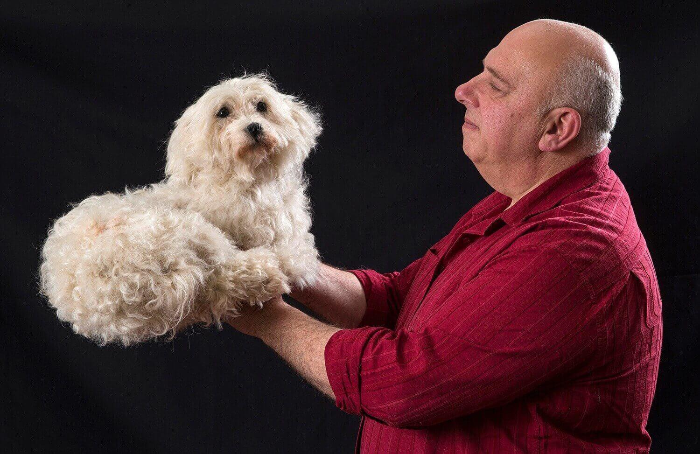 Патрик Пендвилль позирует с чучелом собаки в мастерской таксидермиста.