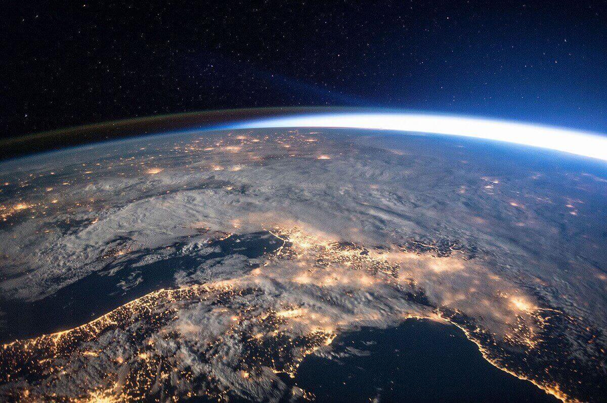 1.Огни ночных городов, облака, легкое атмосферное свечение, звезды и лучи солнца