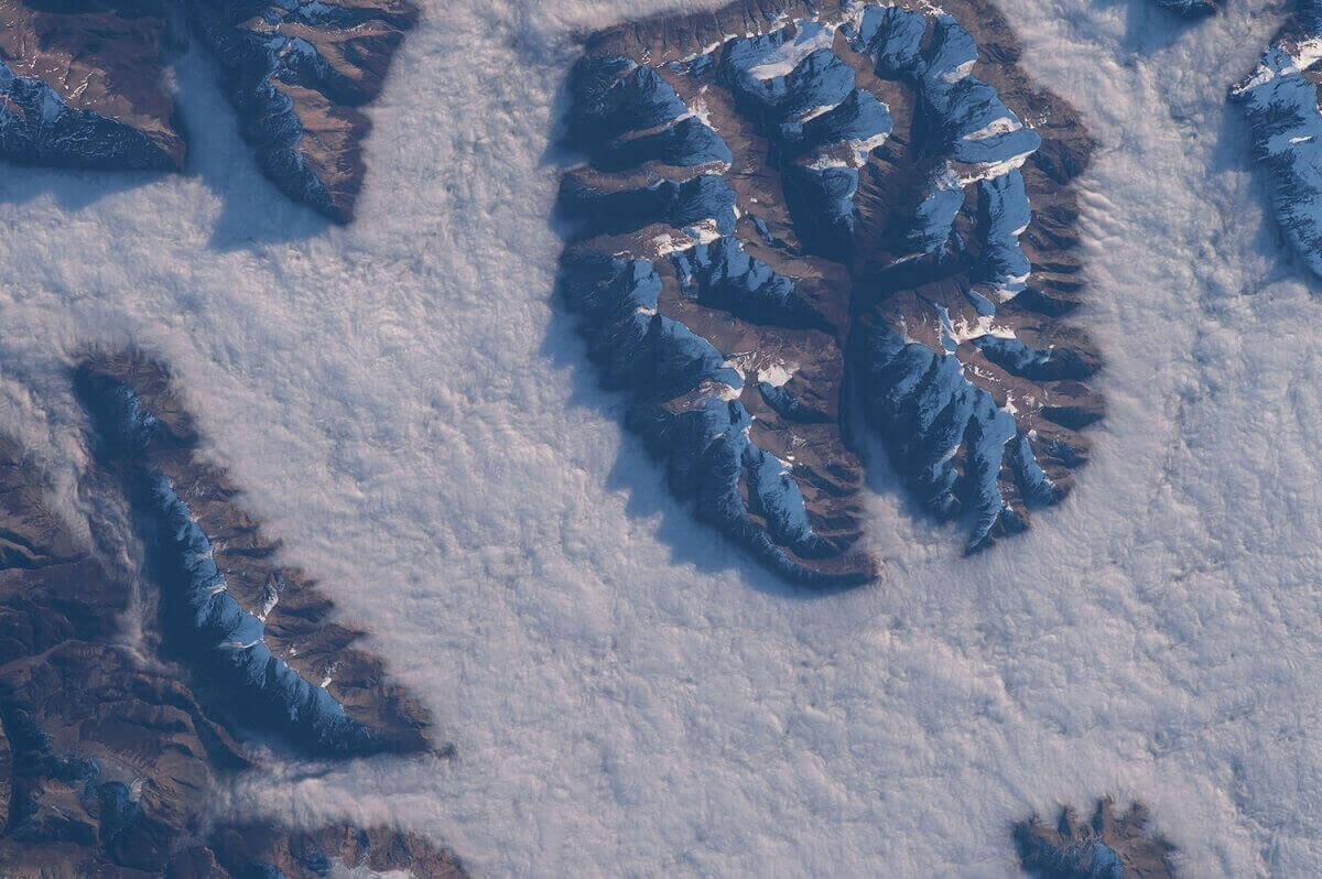 Вершины Патагонских гор окружены облаками.