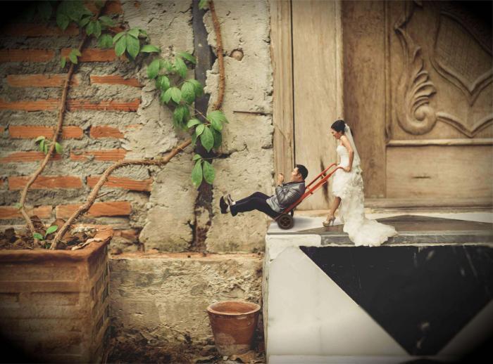 Мастер свадебной фотографии делает из влюбленных парочек крошечных людей