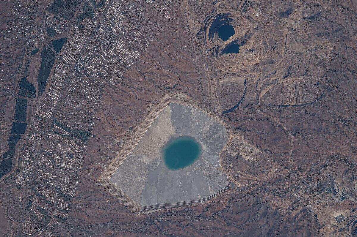 горнодобывающий процесс, проводящийся в области Грин-Вэйли в Аризоне.