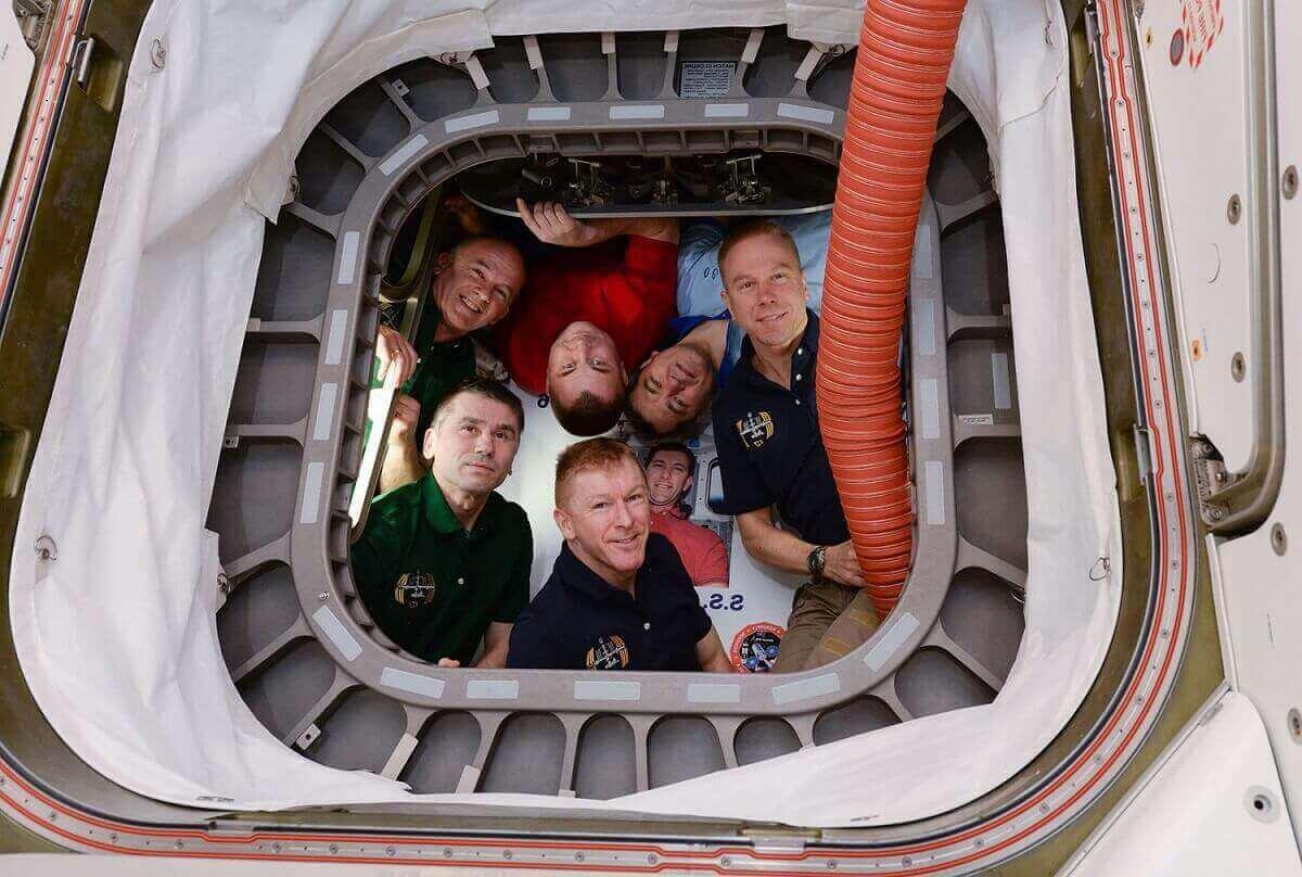 26.Шестеро членов программы «Экспедиция 47» фотографируются внутри корабля снабжения Cygnus.