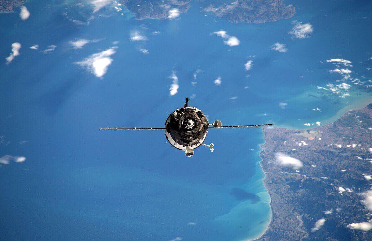 Челнок «Союз 46С» прибывает на МКС.