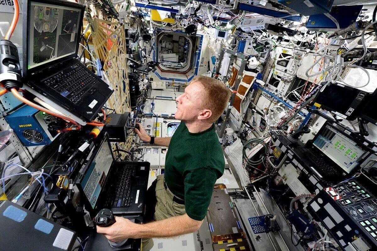 Один из обитателей МКС, Тим Пик, практикует проводит стыковку с кораблем Cygnus.