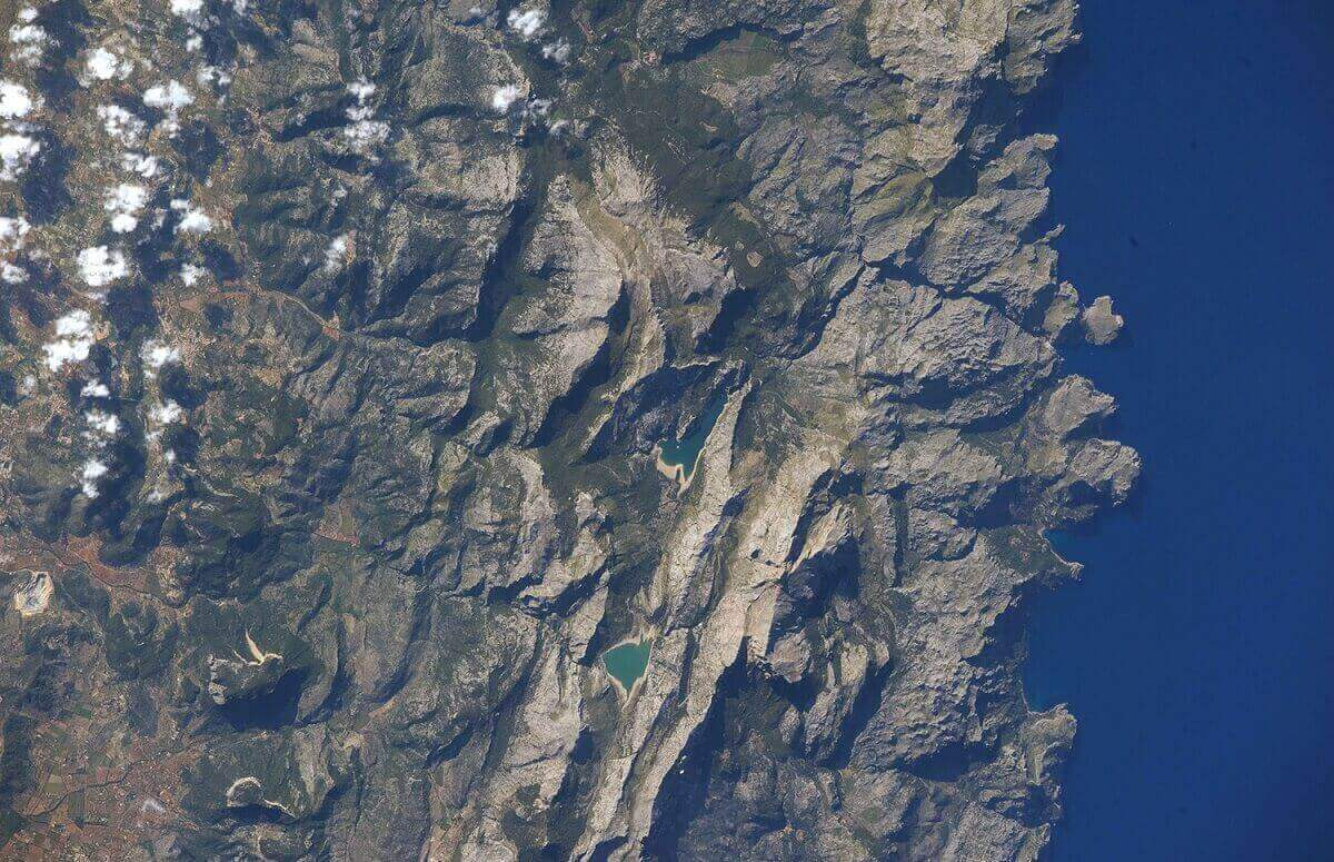 Вид северного побережья острова Майорка, что в Средиземном море.