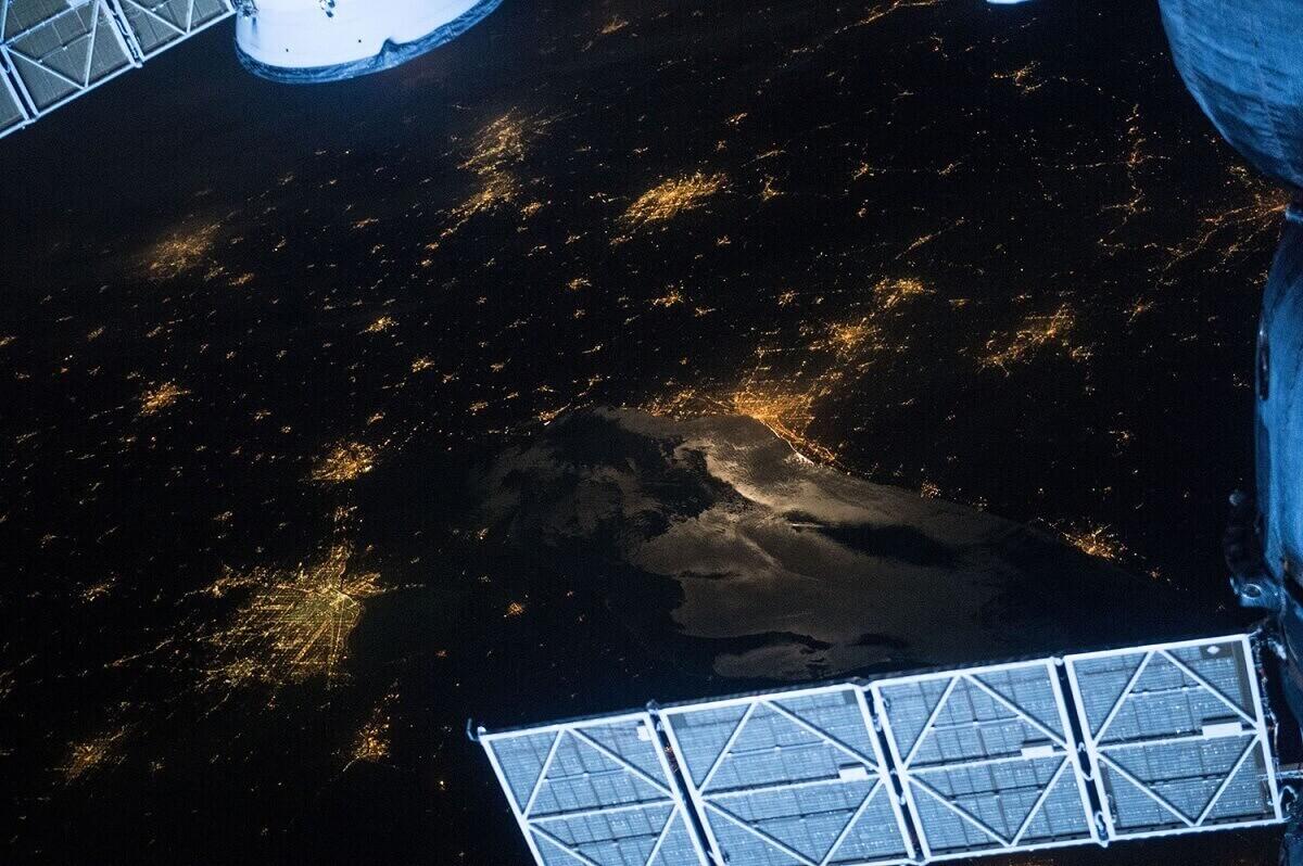 Здесь запечатлено озеро Эри, а Кливленд можно увидеть слева от центра.