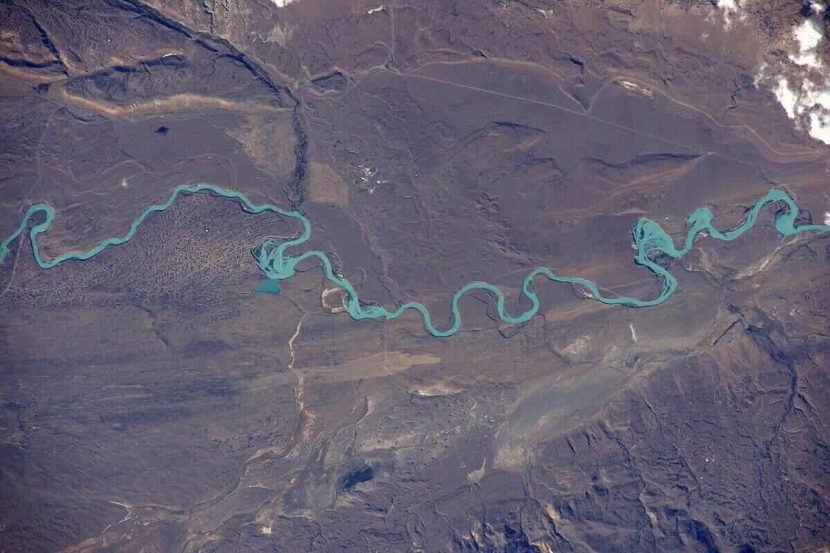 Прекрасная речка Рио-Санта-Крус берущая начало из ледяного поля Патагонии и озера Лаго-Архентино.