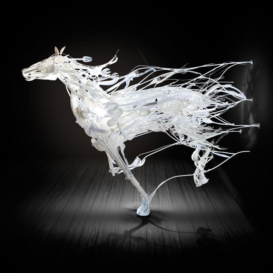 Я продолжаю использовать пластик в скульптурах