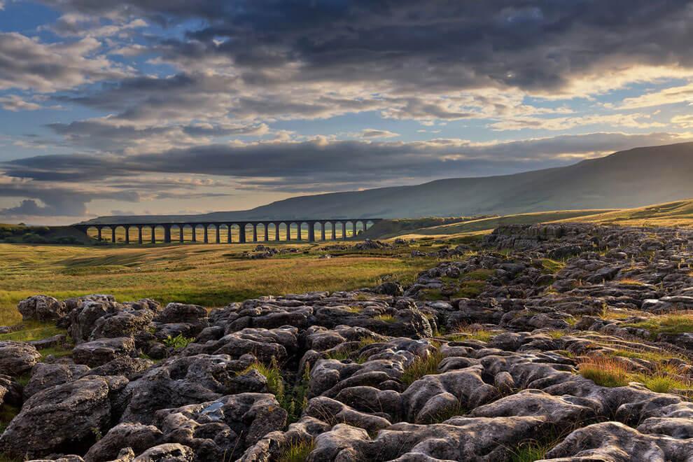 """Солнце пробивается, снимок сделан на Виадуке Рибблхед в Северном Йоркшире, выиграл награду Железнодорожной сети """"Линии в пейзаже"""". (Фото Francis Joseph Taylor PA Wire)"""