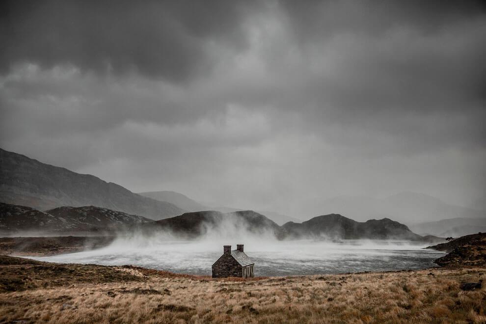 Укрыться от шторма, снимок сделан в Лок Стахе, Сазерленд, Шотландия, выиграл награду «Классическая фотография». (Фото Dougie Cunningham PA Wire)