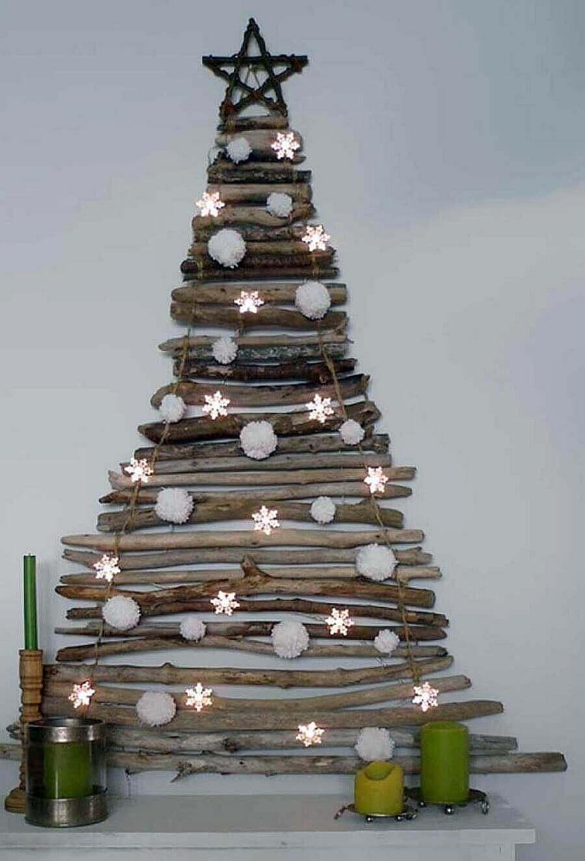 елка из деревянных веток и палок.
