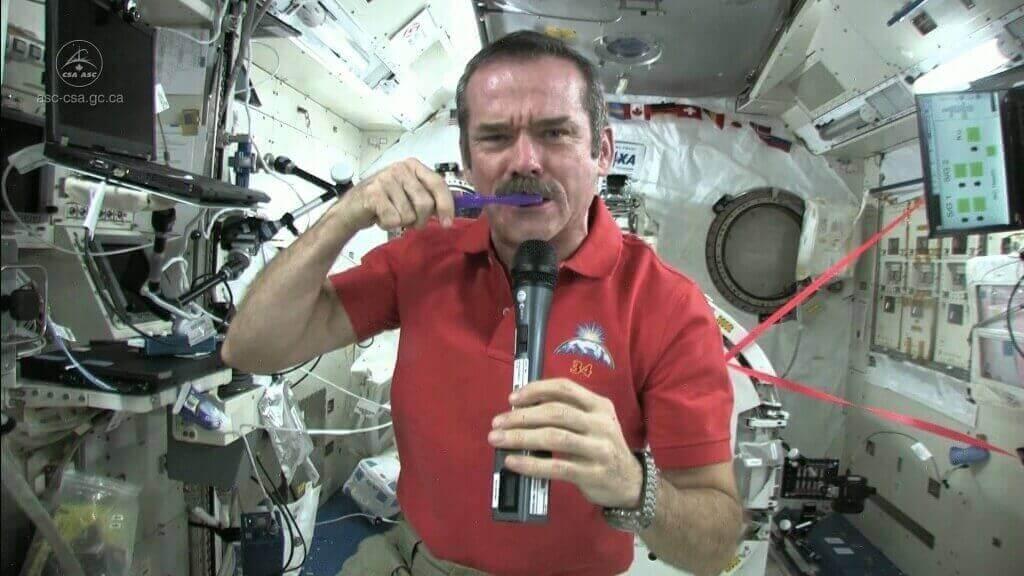 Как космонавты чистят зубы в космосе
