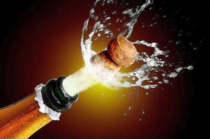 открывать шампанское по-гусарски