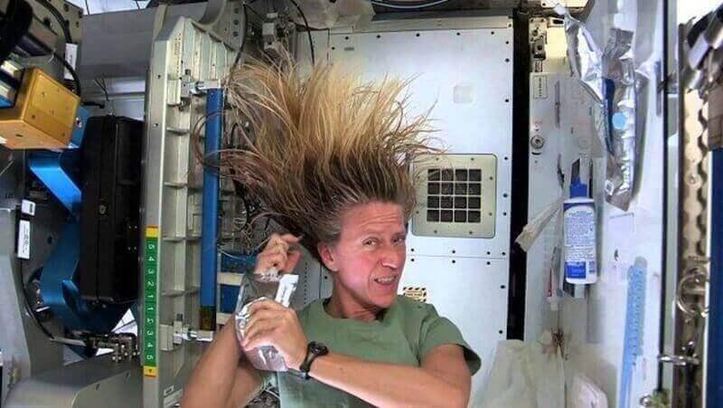 Как моют голову космонавты